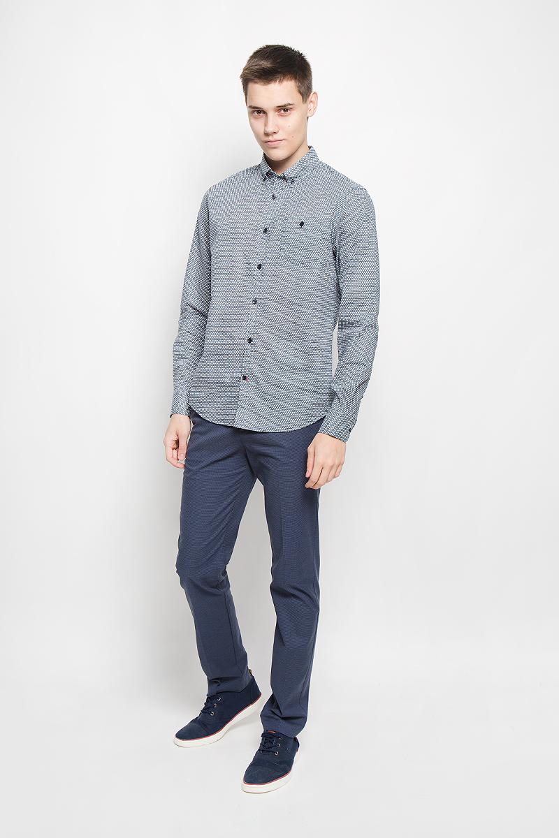 Рубашка мужская Baon, цвет: темно-синий, белый. B676507. Размер L (50)B676507_DEEP NAVY PRINTEDМужская рубашка Baon поможет создать отличный современный образ в стиле Casual. Модель, изготовленная из хлопка, очень мягкая, тактильно приятная и не сковывает движения. Рубашка классического кроя с длинными рукавами и отложным воротником застегивается на пуговицы по всей длине и оформлена оригинальным принтом. На манжетах предусмотрены застежки-пуговицы. На груди модель дополнена накладным карманом, закрывающимся на пуговицу. Воротник пристегивается к рубашке с помощью пуговиц.Такая модель будет дарить вам комфорт в течение всего дня и станет стильным дополнением к вашему гардеробу.