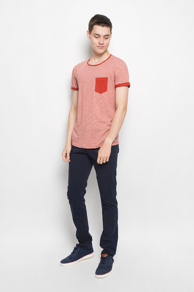 Футболка мужская Tom Tailor Denim, цвет: коричнево-красный, белый. 1035697.00.12_4681. Размер S (46)1035697.00.12_4681Мужская футболка Tom Tailor Denim поможет создать отличный современный образ в стиле Casual. Модель, изготовленная из натурального хлопка, очень мягкая, тактильно приятная, не сковывает движения и позволяет коже дышать.Футболка с круглым вырезом горловины и короткими рукавами оформлена принтом в полоску и дополнена на груди накладным карманом. На рукавах предусмотрены декоративные отвороты.Такая футболка станет стильным дополнением к вашему гардеробу, она подарит вам комфорт в течение всего дня!