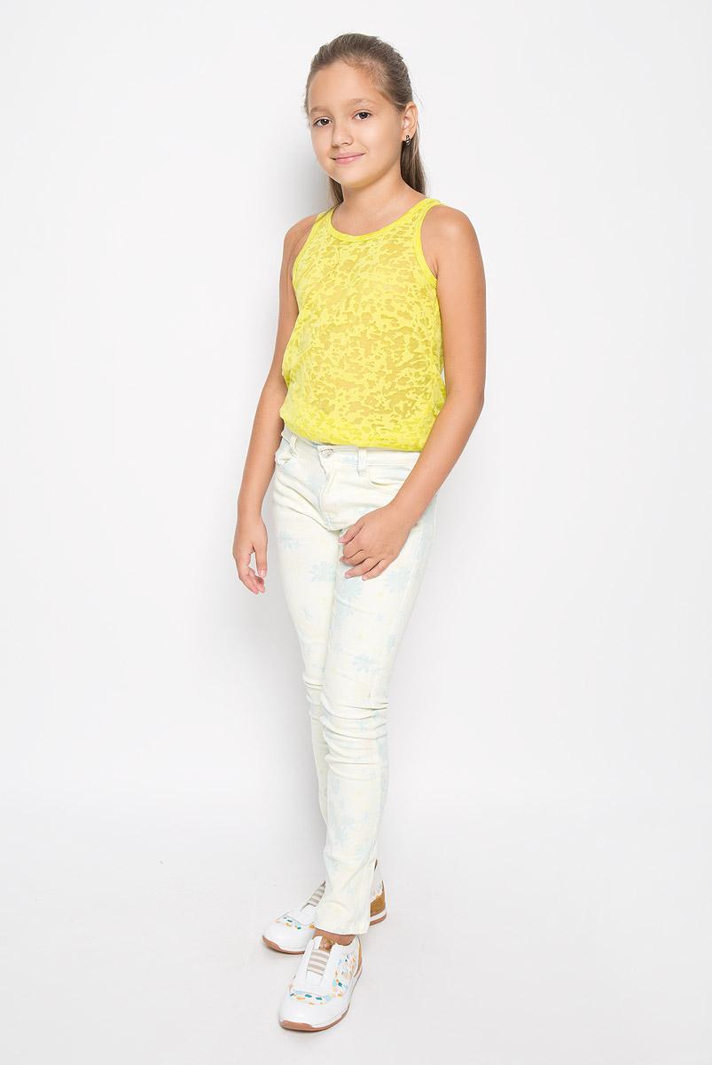 Брюки для девочки Luminoso, цвет: бледно-желтый, светло-бирюзовый. 195836. Размер 158, 13 лет195836Стильные брюки для девочки Luminoso прекрасно подойдут вашему ребенку и станут отличным дополнением к летнему гардеробу. Изготовленные из эластичного хлопка, они мягкие и приятные на ощупь, не сковывают движения и позволяют коже дышать.Брюки на поясе застегиваются на металлическую пуговицу и имеют шлевки для ремня и ширинку на металлической застежке-молнии. При необходимости пояс можно утянуть скрытой резинкой на пуговицах. Спереди они дополнены двумя втачными карманами и накладным кармашком, а сзади - двумя накладными карманами. Оформлена модель нежным цветочным принтом. В таких брюках ваш ребенок будет чувствовать себя комфортно, уютно и всегда будет в центре внимания!