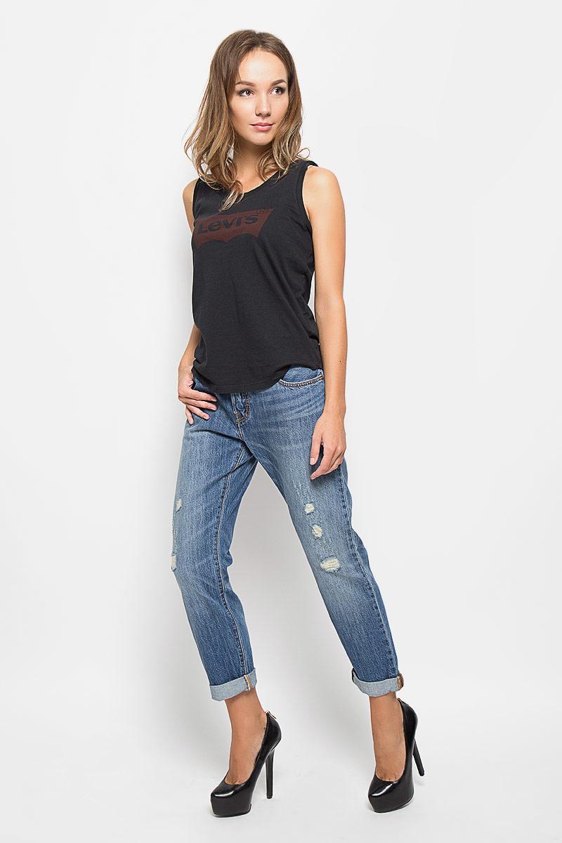 Джинсы женские Levis® 501, цвет: синий. 1780400350. Размер 29-34 (44-34)1780400350Стильные женские джинсы Levis® - легендарная модель, усовершенствованная в стиле boyfriend. Изготовленные из натурального хлопка, они мягкие и приятные на ощупь, не сковывают движения и позволяют коже дышать.Джинсы прямого кроя и расширенные в верхнем блоке, застегиваются на металлическую пуговицу в поясе и имеют ширинку на пуговицах, а также шлевки для ремня. Рекомендуется носить подкатанными. Спереди модель оформлена двумя втачными карманами и одним небольшим секретным кармашком, а сзади - двумя накладными карманами. Джинсы оформлены рваным эффектом и имитацией состаренной ткани. Современный дизайн и расцветка делают эти джинсы модным предметом одежды. Это идеальный вариант для тех, кто хочет заявить о себе и своей индивидуальности и отразить в имидже собственное мировоззрение.