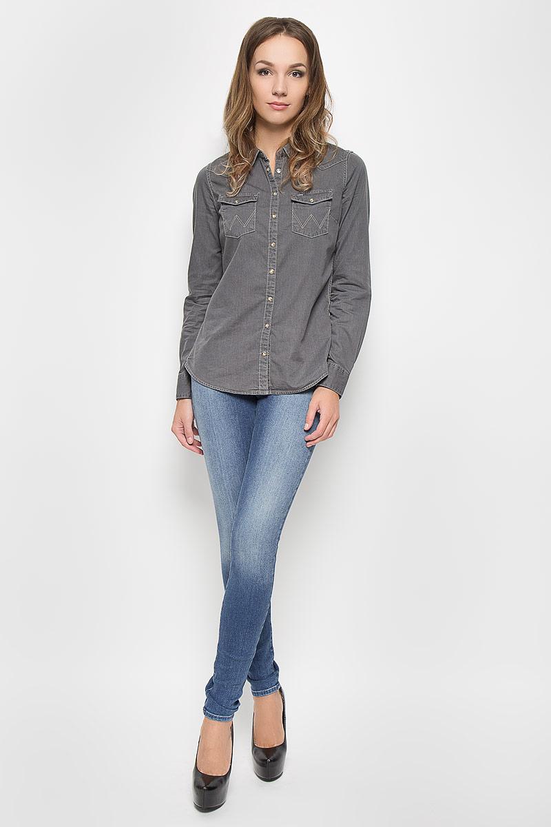 Джинсы женские Wrangler Corynn, цвет: синий. W25FX779I. Размер 26-30 (42-30)W25FX779IСтильные женские джинсы Wrangler Corynn созданы специально для того, чтобы подчеркивать достоинства вашей фигуры. Модель зауженного кроя и средней посадки станет отличным дополнением к вашему современному образу. Застегиваются джинсы на пуговицу в поясе и ширинку на застежке-молнии, имеются шлевки для ремня. Спереди модель оформлена двумя втачными карманами и одним небольшим секретным кармашком, а сзади - двумя накладными карманами.Эти модные и в тоже время комфортные джинсы послужат отличным дополнением к вашему гардеробу. В них вы всегда будете чувствовать себя уютно и комфортно.