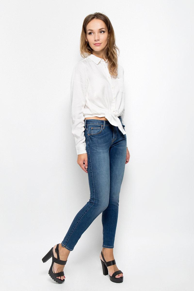 Джинсы женские Lee Scarlett, цвет: синий. L526HAKE. Размер 27-31 (42/44-31)L526HAKEСтильные женские джинсы Lee Scarlett станут отличным дополнением к вашему гардеробу. Изготовленные из высококачественного комбинированного материала, они мягкие и приятные на ощупь, не сковывают движения и позволяют коже дышать. Джинсы-скинни по поясу застегиваются на металлическую пуговицу и имеют ширинку на застежке-молнии, а также шлевки для ремня. Модель имеет классический пятикарманный крой: спереди - два втачных кармана и один маленький накладной, а сзади - два накладных кармана. Джинсы оформлены контрастной отстрочкой и легкими потертостями.Современный дизайн и расцветка делают эти джинсы модным предметом одежды. Это идеальный вариант для тех, кто хочет заявить о себе и своей индивидуальности и отразить в имидже собственное мировоззрение.