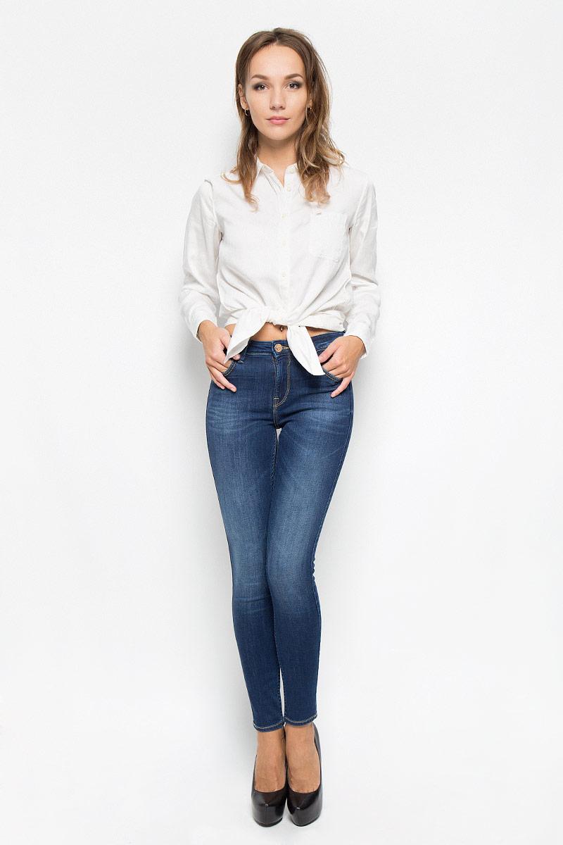 Джинсы женские Lee Jodee, цвет: темно-синий. L529HAIM. Размер 24-31 (40-31)L529HAIMСтильные женские джинсы Lee Jodee станут отличным дополнением к вашему гардеробу. Изготовленные из высококачественного комбинированного материала, они мягкие и приятные на ощупь, не сковывают движения и позволяют коже дышать. Джинсы-скинни по поясу застегиваются на металлическую пуговицу и имеют ширинку на застежке-молнии, а также шлевки для ремня. Модель имеет классический пятикарманный крой: спереди - два втачных кармана и один маленький накладной, а сзади - два накладных кармана. Джинсы оформлены контрастной отстрочкой и легкими потертостями.Современный дизайн и расцветка делают эти джинсы модным предметом одежды. Это идеальный вариант для тех, кто хочет заявить о себе и своей индивидуальности и отразить в имидже собственное мировоззрение.