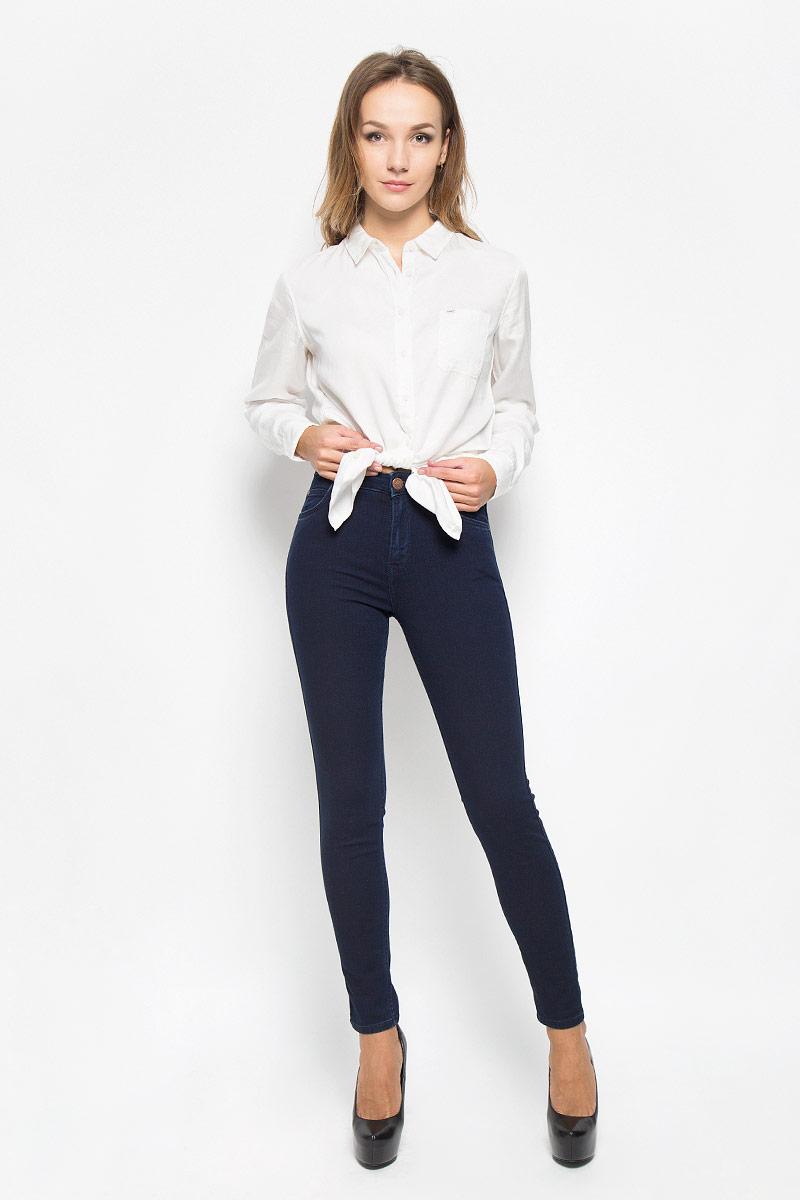 Джинсы женские Lee Scarlett High, цвет: темно-синий. L626YKMF. Размер 25-31 (40/42-31)L626YKMFСтильные женские джинсы Lee Scarlett High станут отличным дополнением к вашему гардеробу. Изготовленные из высококачественного комбинированного материала, они мягкие и приятные на ощупь, не сковывают движения и позволяют коже дышать. Джинсы-скинни по поясу застегиваются на металлическую пуговицу и имеют ширинку на застежке-молнии, а также шлевки для ремня. Модель имеет классический пятикарманный крой: спереди - два втачных кармана и один маленький накладной, а сзади - два накладных кармана.Современный дизайн и расцветка делают эти джинсы модным предметом одежды. Это идеальный вариант для тех, кто хочет заявить о себе и своей индивидуальности и отразить в имидже собственное мировоззрение.