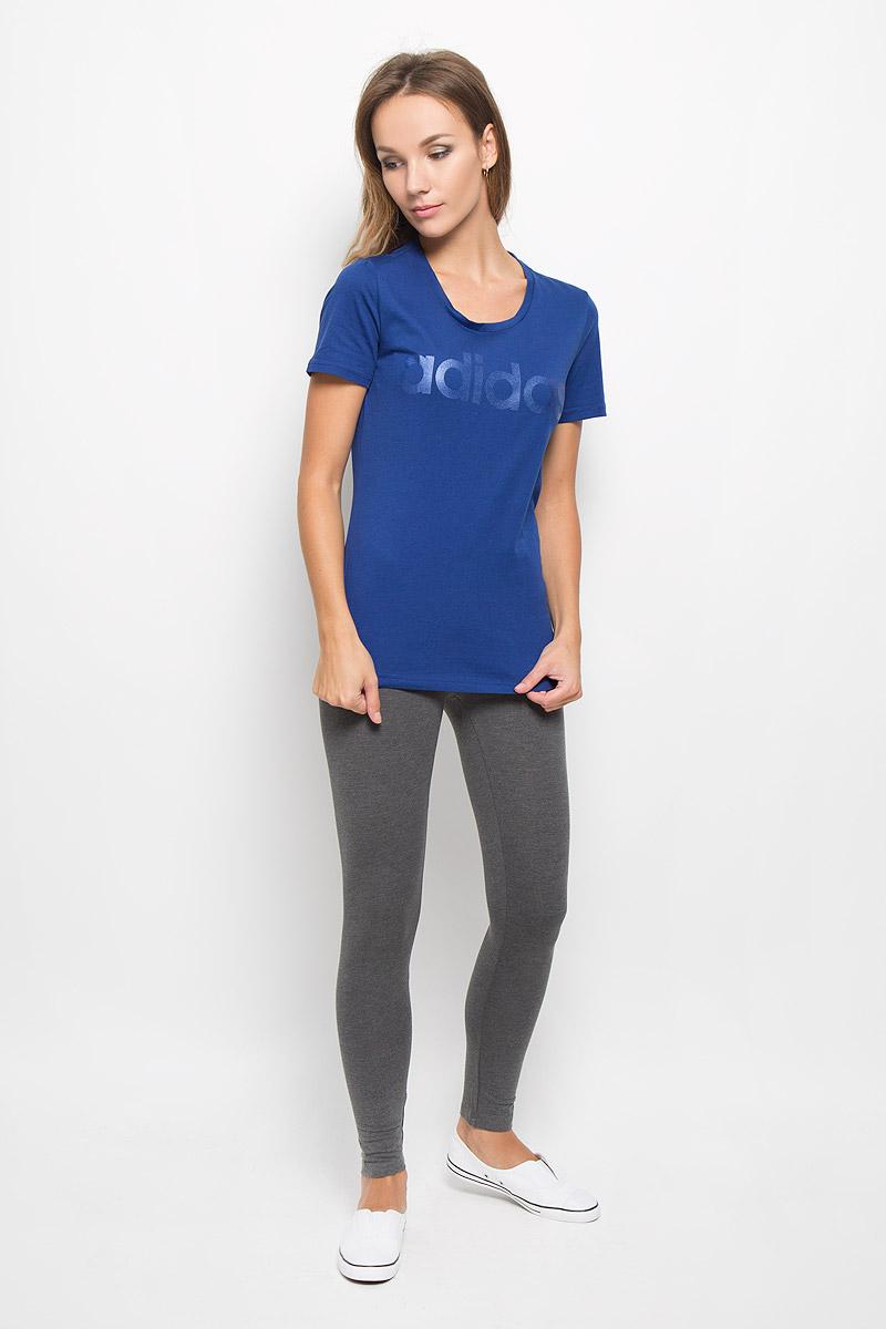 Футболка женская adidas Linear, цвет: синий. AY4996. Размер L (48/50)AY4996Женская футболка Adidas Linear, выполненная из натурального хлопка, идеально подойдет для активного отдыхаили занятий фитнесом. Ткань мягкая и тактильно приятная, не стесняет движений и позволяет коже дышать. Футболка с круглым вырезом горловины и короткими рукавами оформлена на груди надписью с названием бренда.Футболка станет отличным дополнением к вашему гардеробу, она подарит вам комфорт в течение всего дня!