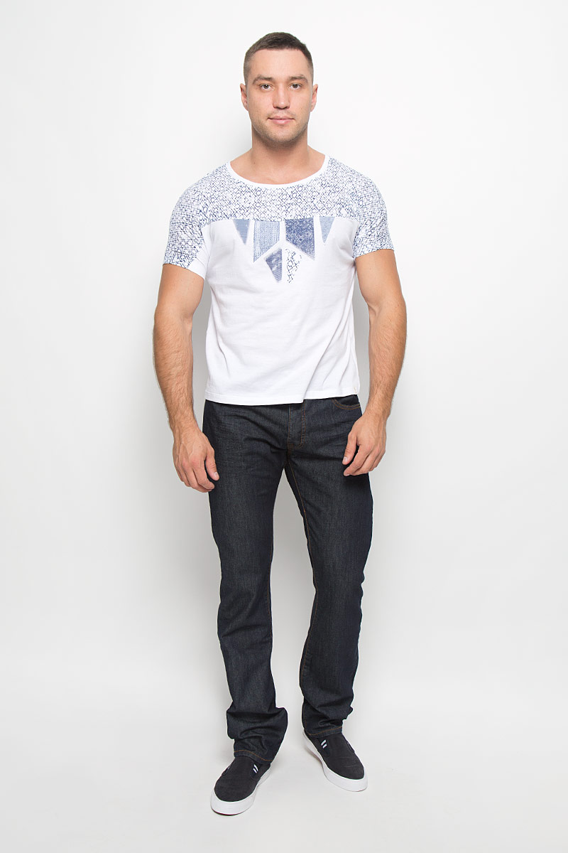 Футболка мужская Wrangler, цвет: белый, темно-синий. W7316DS12. Размер L (48)W7316DS12Мужская футболка Wrangler поможет создать отличный современный образ в стиле Casual. Модель, изготовленная из натурального хлопка, очень мягкая, тактильно приятная, не сковывает движения и позволяет коже дышать.Футболка с круглым вырезом горловины и короткими цельнокроеными рукавами оформлена оригинальным принтом.Такая футболка станет стильным дополнением к вашему гардеробу, она подарит вам комфорт в течение всего дня!