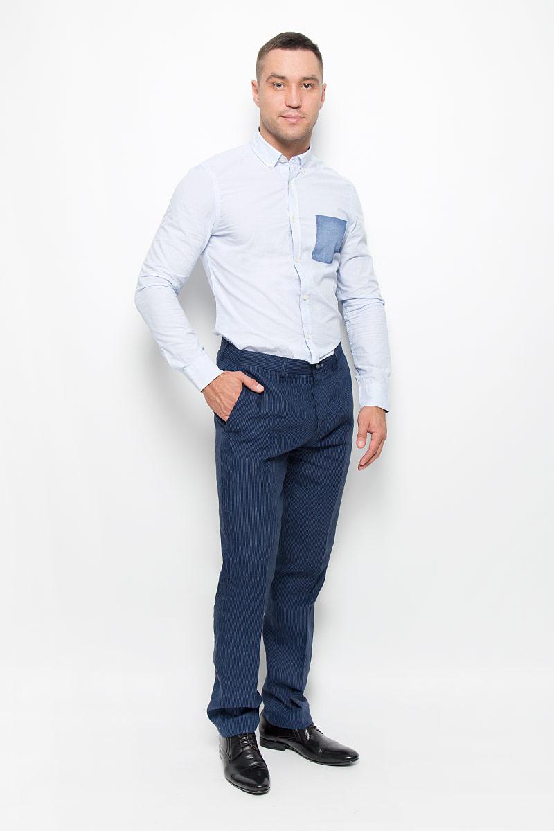 Брюки мужские Mexx, цвет: темно-синий. MX3020384_MN_PNT_003. Размер M (46/48)MX3020384_MN_PNT_003Стильные мужские брюки Mexx высочайшего качества подходят большинству мужчин. Модель слегка зауженного к низу кроя и средней посадки станет отличным дополнением к вашему современному образу.На поясе модель застегивается на пластиковую пуговицу и имеет ширинку на застежке-молнии, также имеются шлевки для ремня. Спереди модель дополнена двумя втачными карманами с косыми срезами, а сзади - двумя прорезными. Брюки оформлены принтом в вертикальную полоску.Эти модные и комфортные брюки послужат отличным дополнением к вашему гардеробу.