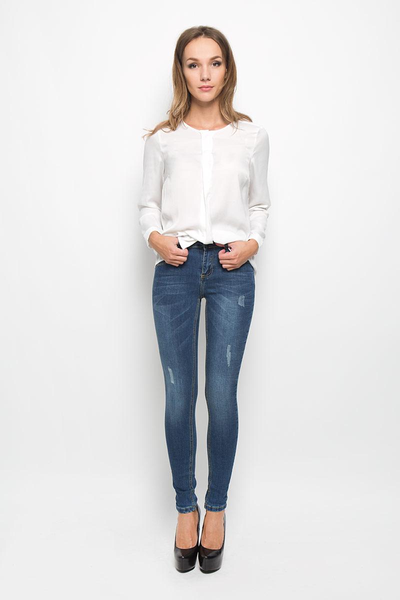 Джинсы женские Baon, цвет: синий. B306503. Размер 25 (42)B306503Стильные женские джинсы Baon - это джинсы высочайшего качества, которые прекрасно сидят. Они выполнены из высококачественного эластичного хлопка, что обеспечивает комфорт и удобство при носке. Модные джинсы скинни станут отличным дополнением к вашему современному образу. Джинсы застегиваются на пуговицу в поясе и ширинку на застежке-молнии, имеют шлевки для ремня. Джинсы имеют классический пятикарманный крой: спереди модель оформлена двумя втачными карманами и одним маленьким накладным кармашком, а сзади - двумя накладными карманами. Изделие украшено легкими потертостями.Эти модные и в то же время комфортные джинсы послужат отличным дополнением к вашему гардеробу.