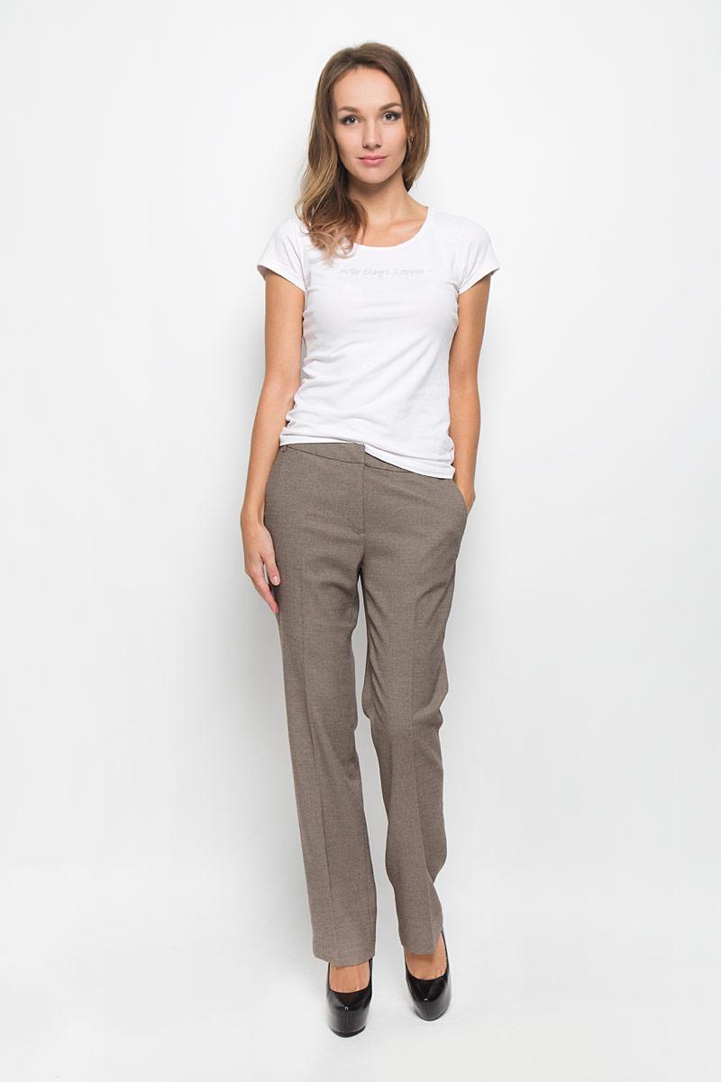 Брюки женские Baon, цвет: коричневый, бежевый. B296538. Размер S (44)B296538Классические женские брюки Baon займут достойное место в вашем гардеробе. Они изготовлены из полиэстера с добавлением вискозы и эластана. Ткань приятная на ощупь, не сковывает движений и хорошо пропускает воздух.Брюки прямого кроя застегиваются спереди на пуговицу и металлические крючки, а также имеют ширинку на застежке-молнии. На поясе предусмотрены шлевки для ремня. Спереди расположены два втачных кармана. Сзади имеется имитация прорезных карманов. Эта модель подарит вам комфорт в течение всего дня!