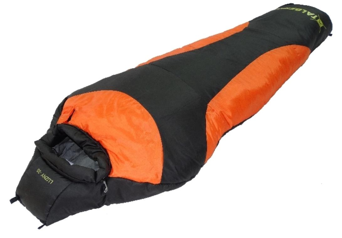 Мешок спальный Talberg LUZNY -35С, правая молния, цвет: черныйУТ-000070012Теплый зимний спальник с капюшоном для людей небольшого роста Talberg LUZNY -35С - незаменимая вещь для любителей уюта и комфорта во время активного отдыха. Спальный мешок закрывается на правую молнию. Этот теплый спальный мешок спасет вас от холода в зимних и спортивных походах.Спальный мешок упакован в удобный компрессионный мешок.Утеплитель: 3 слоя по 150 г/м2 HollowSoft silicon. Внешний материал: полиэстер RipStop 210T Taffeta, полиэстер 290T Taffeta PU.Внутренний материал: полиэстер Silk Touch.Размеры в упакованном виде: 38 х 28 см.Размеры: 185 х 70 (50) см. Вес: 1850 г.