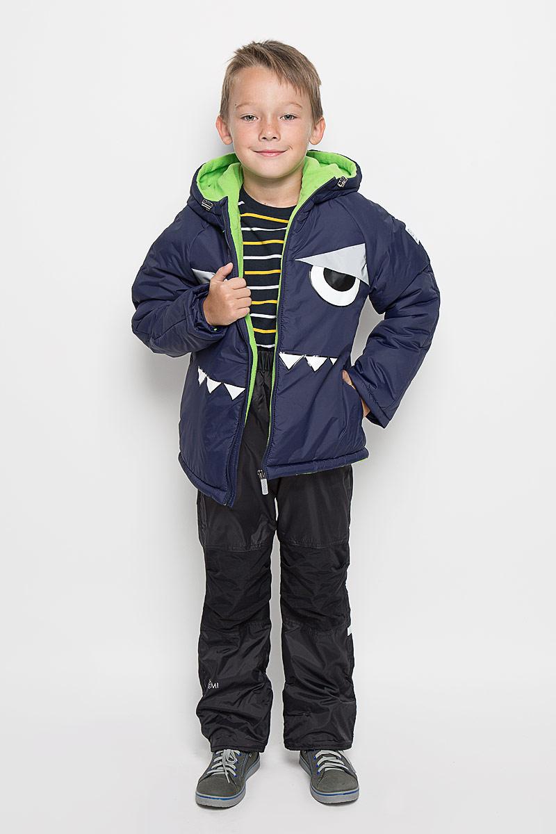 Комплект одежды для мальчика Boom!: куртка, брюки, цвет: темно-синий. 64059_BOB_вар.1. Размер 86, 1,5-2 года64059_BOB_вар.1Комплект одежды Boom!, состоящий из куртки и утепленных брюк, идеально подойдет для вашего мальчика в прохладное время года. Куртка изготовлена из 100% полиэстера и оформлена спереди светоотражающими нашивками, изображением глаз и зубов. Подкладка, выполненная из полиэстера с добавлением вискозы, приятная на ощупь. В качестве утеплителя используется синтепон - 100% полиэстер.Куртка с капюшоном и рукавами-реглан застегивается на застежку-молнию. Капюшон дополнен затягивающимся шнурком с металлическими стопперами. На рукавах предусмотрены трикотажные напульсники, которые предотвращают проникновение снега и ветра. Один из рукавов оформлен фирменной нашивкой, низ спинки - фирменной светоотражающей нашивкой, капюшон и спинка - декоративными вставками под дракона.Брюки, изготовленные из полиэстера на флисовой подкладке, приятные на ощупь, не сковывают движения и обеспечивают наибольший комфорт. Брюки прямого кроя на талии имеют широкий эластичный пояс. Модель дополнена съемными эластичными наплечными лямками, регулируемыми по длине. Лямки крепятся с помощью застежек-липучек. Спереди предусмотрены два втачных кармана. Также имеется имитация ширинки.Светоотражающая нашивка не оставит вашего ребенка незамеченным в темное время суток. Вставки из плотной ткани в области коленей, предотвращают истирание штанин. Рукава и штанины можно подгибать. Такой комплект одежды станет прекрасным дополнением к гардеробу вашего мальчика, он подарит комфорт и тепло.