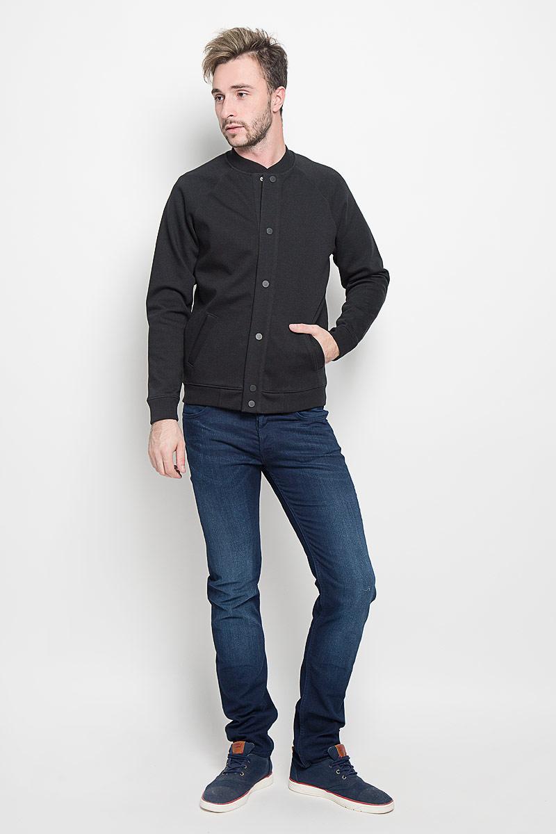 Куртка-бомбер мужская Lee, цвет: черный. L88BGL02. Размер L (50)L88BGL02Мужская куртка-бомбер Lee, изготовленная из хлопка с добавлением полиэстера, смотрится модно и стильно.Куртка с небольшим трикотажным воротником-стойкой застегивается на металлические кнопки. Спереди расположены два прорезных кармана. Низ модели и манжеты рукавов дополнены трикотажными резинками.Современный дизайн, отличное качество и расцветка делают эту куртку-бомбер стильным и практичным предметом мужской одежды.