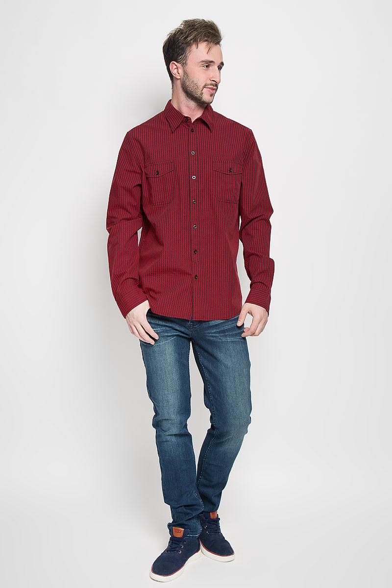 Рубашка мужская Sela, цвет: красный, темно-синий. H-212/703-6382. Размер 42 (50)H-212/703-6382Стильная мужская рубашка Sela, выполненная из натурального хлопка, обладает высокой теплопроводностью, воздухопроницаемостью и гигроскопичностью, позволяет коже дышать, тем самым обеспечивая наибольший комфорт при носке.Модель классического кроя с отложным воротником застегивается на пуговицы по всей длине. Длинные рукава рубашки дополнены манжетами на пуговицах. Рубашка оформлена принтом в мелкую клетку. На груди модель дополнена двумя накладными карманами на пуговицах.Такая рубашка подчеркнет ваш вкус и поможет создать великолепный стильный образ.
