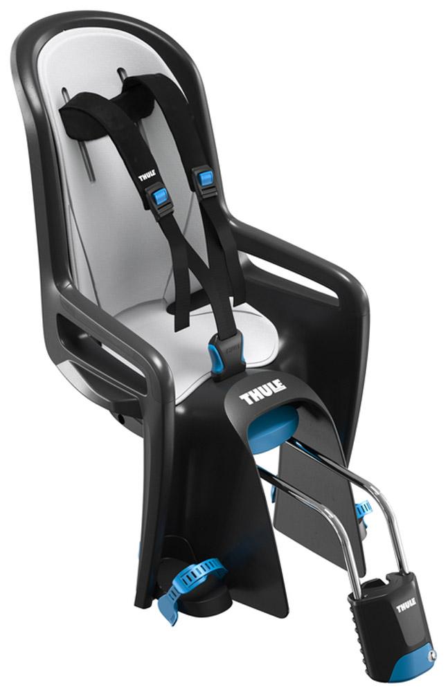 Кресло велосипедное детское Thule Ride Along, цвет: серый, черный100106Thule RideAlong - классическая модель безопасного и легкого в использовании детского велосипедного сиденья для крепления сзади подарит вам новые впечатления от ежедневных прогулок и семейных поездок на велосипеде. Мягкие ремни безопасности с надежным регулируемым креплением обеспечивают максимальный комфорт ребенка.Система крепления DualBeam смягчает удары от неровностей дороги, обеспечивая комфорт ребенка во время поездки.Отклонение до 20° одной рукой, 5 различных позиций.Регулируемые одной рукой ремни и подставки для ног обеспечивают комфорт ребенку; рассчитаны на детей разного возраста.Универсальная быстросъемная опора позволяет устанавливать и снимать сидение с велосипеда за считанные секунды. Кроме того, она совместима с большинством велосипедных рам (с круглыми рамами диаметром 27,2–40 мм и овальным рамами до 40 x 55 мм).Ремень с большими кнопками, оснащенный защитой от детей, обеспечит безопасность вашего ребенка.Съемная водонепроницаемая прокладка подходит для машинной стирки; прокладка двусторонняя, две стороны оформлены разным цветом.Встроенный рефлектор и точка крепления со световым индикаторов обеспечивают дополнительную видимость.Запирается при помощи системы Thule One-Key System, использующей один ключ (фиксатор (замок) включен в комплект поставки).Разработано и протестировано для детей от 9 месяцев* до 6 лет, весом до 22 кг. (*Обратитесь к педиатру, если ребенку менее 1 года).Соответствует международным стандартам безопасности.Гид по велоаксессуарам. Статья OZON Гид