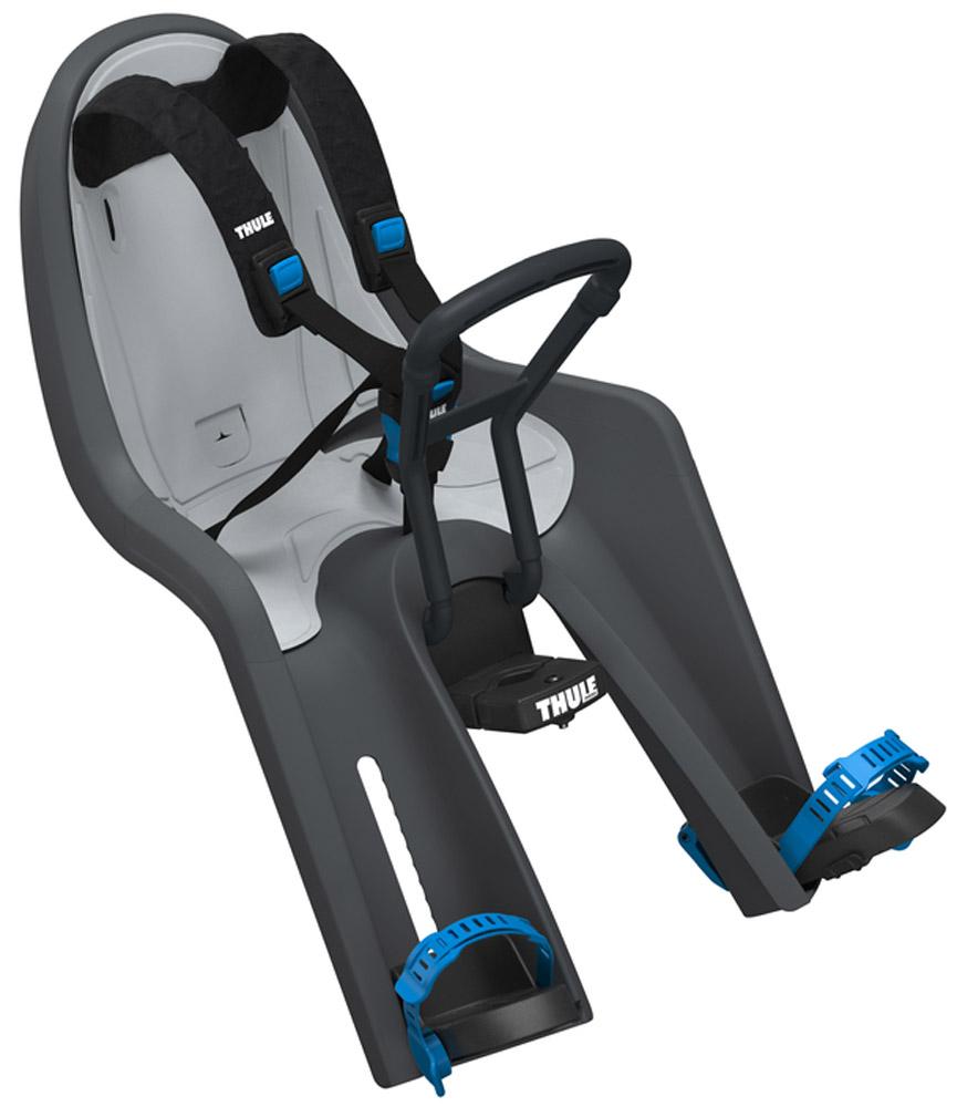Детское велосипедное сидение на раму Thule Ride Along Mini, цвет: темно-серый100103Позволяет вашему ребенку взглянуть на мир по-новому! Это переднее сидение для ребенка с интуитивно-понятной конструкцией обеспечит вам и вашему ребенку безопасные и приятные поездки. Мягкие ремни безопасности с надежным регулируемым 5-точечным креплением обеспечивают максимальный комфорт и безопасность для ребенка.Регулируемые одной рукой ремни и опоры для ног просты в использовании и регулируются по мере роста ребенка.Универсальная быстросъемная опора, которая подходит для нерегулируемого и регулируемого выноса руля, позволяет закреплять/снимать сиденье на вашем велосипеде за считанные секунды.Встроенный в универсальную быстросъемную опору индикатор безопасности гарантирует правильную установку сидения.Оснащенный защитой от детей ремень с большими кнопками быстро фиксирует ребенка.Во время езды ваш ребенок может держаться руками за мягкую поверхность руля.Съемная водонепроницаемая прокладка подходит для машинной стирки; прокладка двусторонняя, две стороны оформлены разным цветом.Запирается при помощи системы Thule One Key System, использующей один ключ (замок включен в комплект поставки).Разработано и протестировано для детей от 9 месяцев* до 3 лет, весом до 15 кг. (*Обратитесь к педиатру, если ребенку менее 1 года).Соответствует строгим стандартам безопасности (DIN EN 14344); одобрено TUV.Гид по велоаксессуарам. Статья OZON Гид