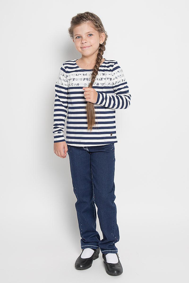 Лонгслив для девочки Tom Tailor, цвет: синий, белый. 1034560.40.81_6814. Размер 104/1101034560.40.81_6814Яркий лонгслив для девочки Tom Tailor, выполненный из мягкого эластичного хлопка, идеально подойдет для повседневной носки. Материал изделия тактильно приятный, не сковывает движения и хорошо пропускает воздух, обеспечивая комфорт.Модель с круглым вырезом горловины и длинными стандартными рукавами имеет прямой силуэт. Изделие выполнено в стиле морячки и дополнено гипюровыми вставками. Дизайн и расцветка делают лонгслив стильным предметом детской одежды, он поможет создать отличный современный образ.