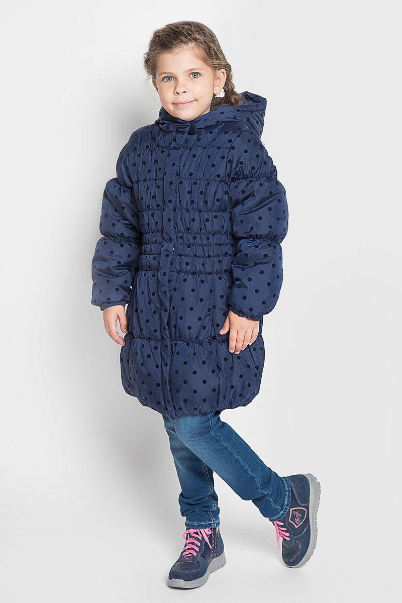 Пальто для девочки PlayToday, цвет: темно-синий. 362003. Размер 98362003Стильное пальто для девочки PlayToday с капюшоном. Эластичная стежка создает отличную посадку по фигуре и увеличивает теплозащитные свойства. Такое пальто идеально подойдет для вашей принцессы в прохладное время года. Модель изготовлена из 100% полиэстера. Подкладка выполнена из полиэстера. В качестве утеплителя используется синтепон - 100% полиэстер.Пальто с воротником-капюшоном застегивается на застежку-молнию и кнопки.Спереди изделие дополнено двумя втачными карманами. Манжеты рукавов дополнены эластичной резинкой. Низ спинки оформлен фирменной светоотражающей нашивкой.Такое стильное пальто станет прекрасным дополнением гардеробу вашей девочки, оно подарит комфорт и тепло.