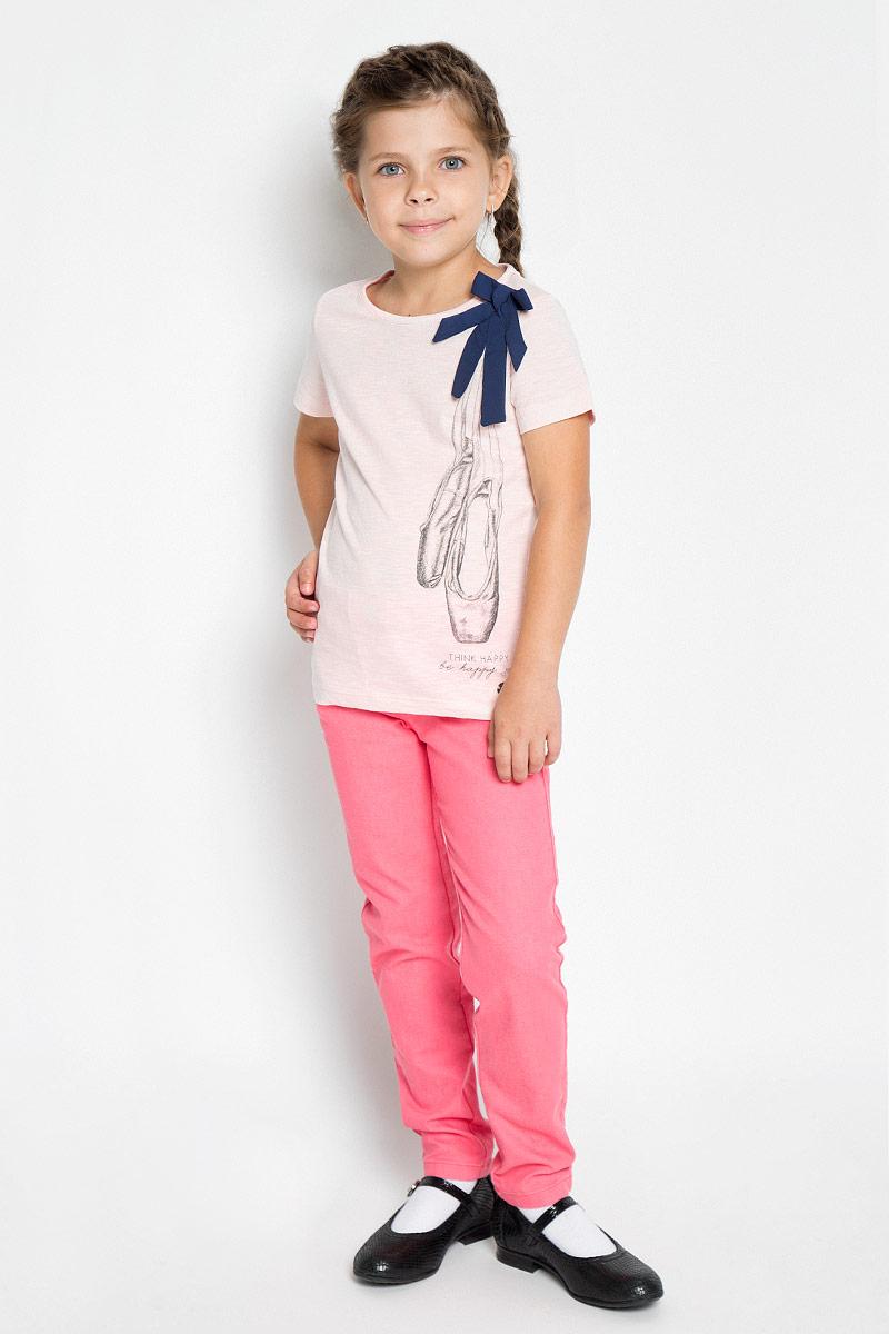 Футболка для девочки Tom Tailor, цвет: светло-розовый. 1034550.00.81_4673. Размер 116/1221034550.00.81_4673Футболка для девочки Tom Tailor станет ярким дополнением к детскому гардеробу. Модель выполнена из мягкого эластичного хлопка, очень приятная на ощупь, не сковывает движения и хорошо пропускает воздух, обеспечивая наибольший комфорт. Футболка с круглым вырезом горловины и короткими рукавами имеет слегка приталенный силуэт. Модель оформлена оригинальным принтом с надписями и милым бантиком. Дизайн и расцветка делают эту футболку стильным предметом детской одежды, она поможет создать отличный современный образ.