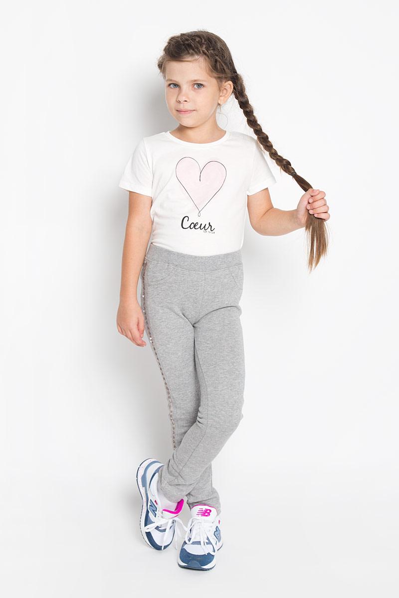 Брюки для девочки PlayToday, цвет: серый меланж. 362022. Размер 104, 4 года362022Стильные брюки для девочки PlayToday идеально подойдут вашей маленькой моднице. Изготовленные из хлопка с добавлением полиэстера, они мягкие и приятные на ощупь, не сковывают движения и хорошо пропускают воздух, обеспечивая комфорт. Изнаночная сторона с небольшими петельками. Брюки слегка зауженного кроя дополнены в поясе мягкой трикотажной резинкой. Спереди имеется имитация кармашков, сзади расположены два функциональных накладных кармана. Изделие украшено по бокам лампасами из матовых пайеток.Современный дизайн и расцветка делают эти брюки модным и стильным предметом детского гардероба. В них ваша принцесса всегда будет в центре внимания!