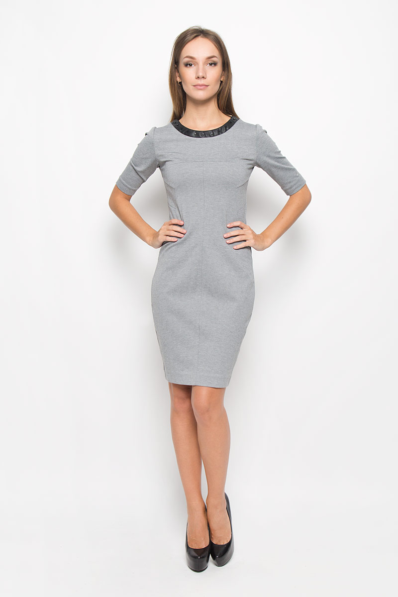 Платье Calvin Klein Jeans, цвет: серый. J20J200779_0250. Размер L (48/50)A16-11056_200Платье Calvin Klein Jeans поможет создать стильный образ. Платье изготовлено из полиэстера с добавлением вискозы и эластана, тактильно приятное, хорошо пропускает воздух. Платье-миди с круглым вырезом горловины и короткими рукавами застегивается по спинке на застежку-молнию. Модель оформлена декоративными элементами по горловине и низу, а также вышитым логотипом бренда на левом рукаве.Стильный дизайн и высокое качество исполнения принесут удовольствие от покупки. Модель подарит вам комфорт в течение всего дня!