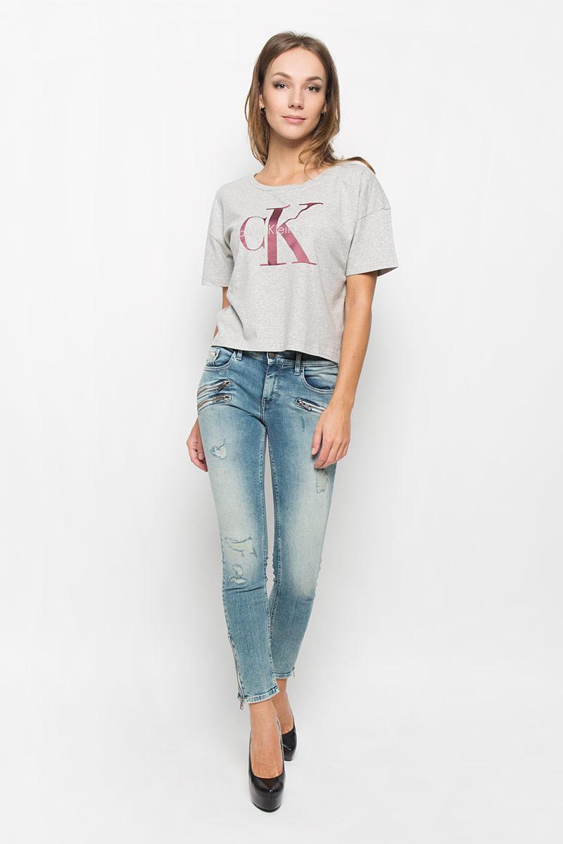 Футболка женская Calvin Klein Jeans, цвет: серый меланж. J20J200793_0380. Размер L (46/48)A16-32121_201Женская футболка Calvin Klein Jeans выполнена из натурального хлопка. Укороченная модель с круглым вырезом горловины и короткими рукавами оформлена логотипом бренда.