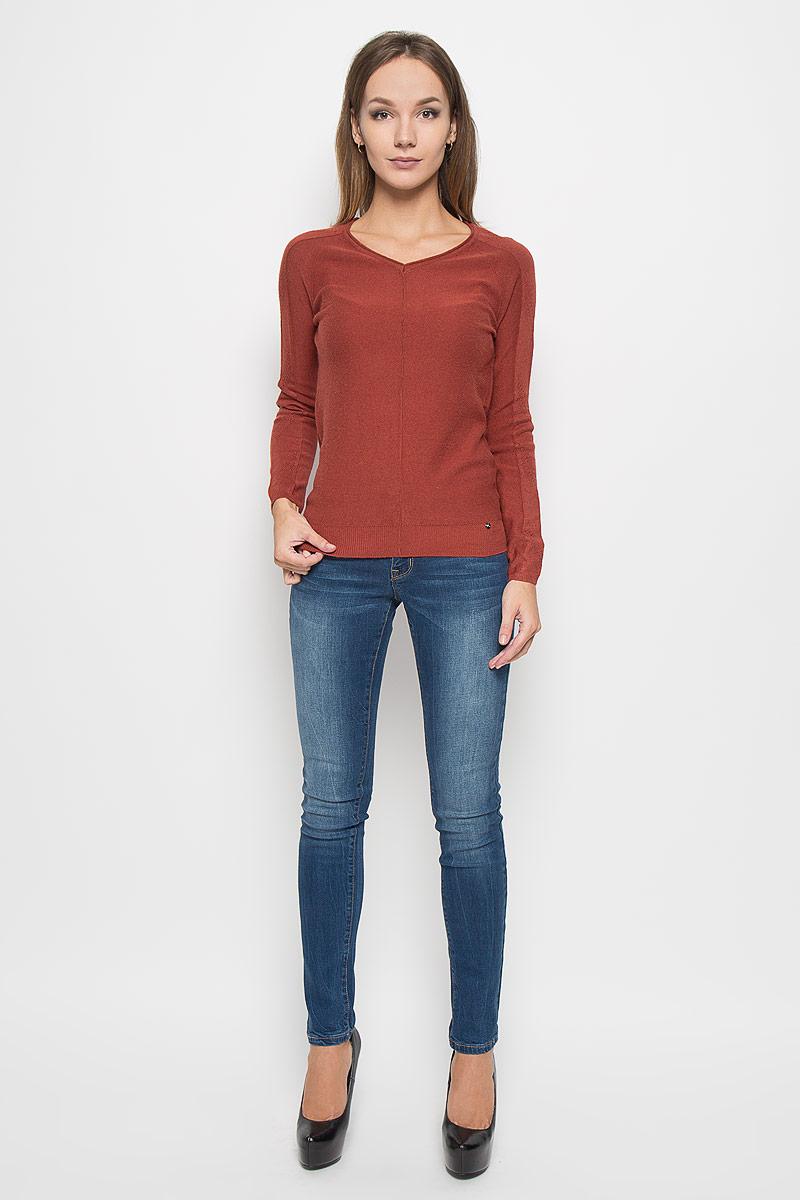 Пуловер женский Finn Flare, цвет: красно-коричневый. A16-11130_340. Размер XXL (52)A16-11130_340Потрясающий женский пуловер Finn Flare выполнен из высококачественной пряжи. Модель с длинными рукавами-реглан и V-образным вырезом горловины. Манжеты и низ изделия связаны мелкой резинкой, что предотвращает деформацию при носке. Горловина оформлена эффектом необработанного края. Снизу пуловер декорирован металлической пластиной логотипа бренда. Рукава модели выполнены ажурной вязкой. В таком пуловере вы будете выглядеть изящно и стильно.