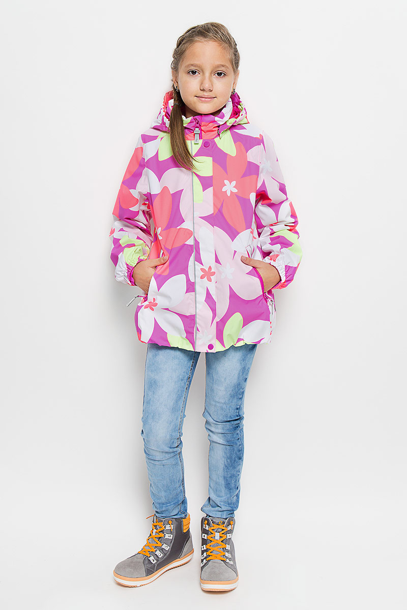 Куртка для девочки Reima Sundae, цвет: розовый, салатовый, светло-розовый. 521445-3423. Размер 92521445_3423Куртка для девочки Reima Sundae идеально подойдет для ребенка в прохладное время года. Куртка изготовлена из водоотталкивающей и ветрозащитной мембранной ткани. Материал отличается высокой устойчивостью к трению, благодаря специальной обработке полиуретаном поверхность изделия отталкивает грязь и воду, что облегчает поддержание аккуратного вида одежды, дышащее покрытие с изнаночной части не раздражает даже самую нежную и чувствительную кожу ребенка, обеспечивая ему наибольший комфорт.Куртка с капюшоном и длинными рукавами застегивается на пластиковую застежку-молнию с защитой подбородка, благодаря чему ее легко надевать и снимать, и дополнительно имеет внешнюю ветрозащитную планку на кнопках и липучках. Капюшон, присборенный по бокам, защитит нежные щечки от ветра, он пристегивается к куртке при помощи застежек-кнопок. Низ рукавов дополнен неширокими эластичными манжетами. Мягкая подкладка на воротнике и манжетах обеспечивает дополнительный комфорт. Спереди куртка дополнена двумя прорезными карманами на застежках-молниях с удобными держателями. Понизу изделие присборено на широкую эластичную резинку и дополнено регулируемой эластичной резинкой со стопперами. На модели предусмотрены светоотражающие элементы для безопасности в темное время суток. Все основные швы проклеены, не пропускают влагу и ветер. Оформлено изделие цветочным принтом. С внутренней стороны изделие оснащено специальными кнопками Reima Play Layers для пристегивания промежуточного слоя к верхней одежде. Комфортная, удобная и практичная куртка идеально подойдет для прогулок и игр на свежем воздухе!