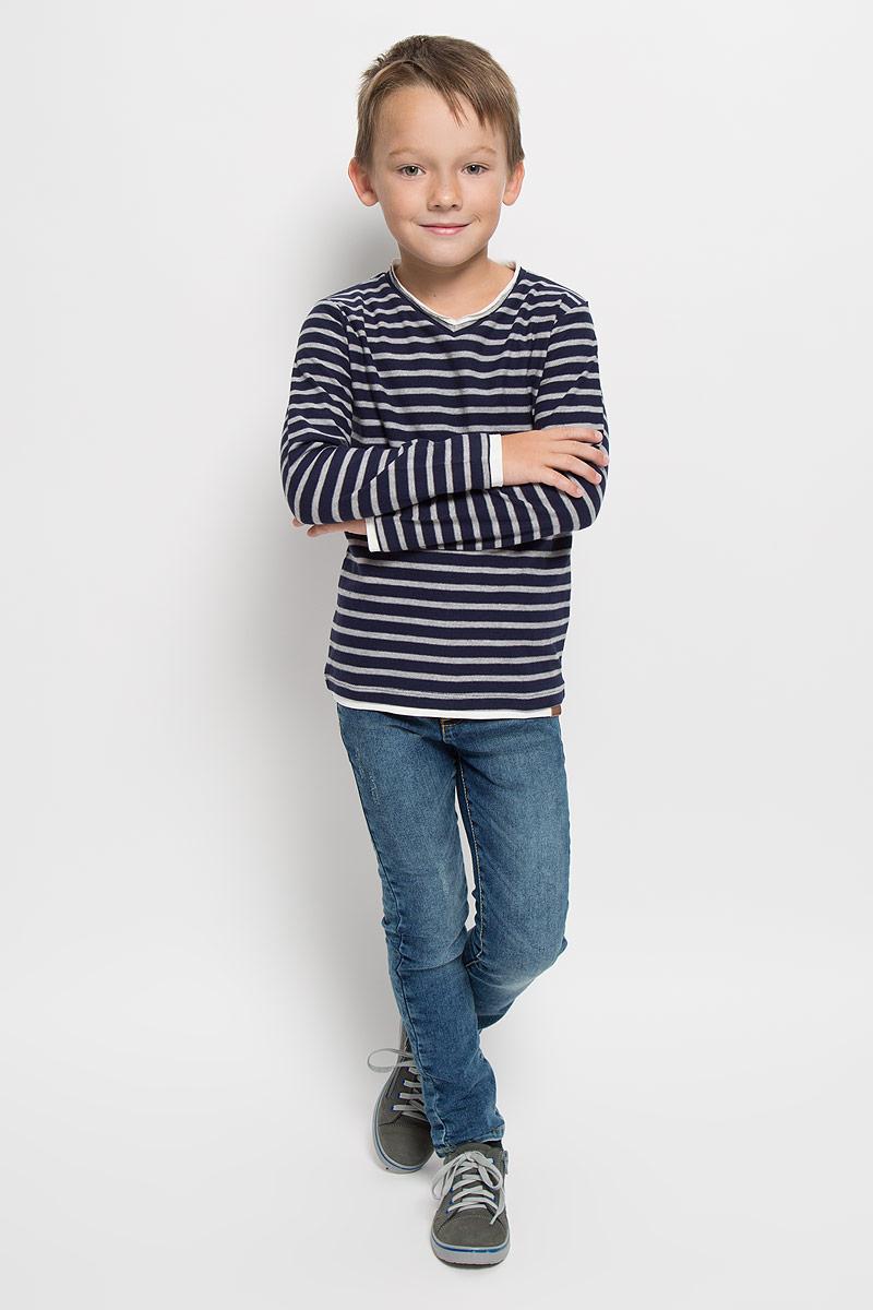 Лонгслив для мальчика Tom Tailor, цвет: темно-синий, серый меланж. 1035347.40.82_6811. Размер 92/981035347.40.82_6811Лонгслив для мальчика Tom Tailor, выполненный из хлопка с добавлением полиэстера, станет стильным дополнением к детскому гардеробу. Материал мягкий и приятный на ощупь, не сковывает движения и хорошо пропускает воздух, обеспечивая комфорт.Модель с V-образным вырезом горловины и длинными рукавами оформлена принтом в полоску. Вырез горловины дополнен двойной окантовкой с необработанным краем. По краям рукавов и по низу изделия предусмотрены вставки контрастного цвета, создающие эффект 2 в 1. Украшена модель фирменной нашивкой. Современный дизайн, отличное качество и расцветка делают этот лонгслив модным и стильным предметом детской одежды. Его обладатель всегда будет в центре внимания!