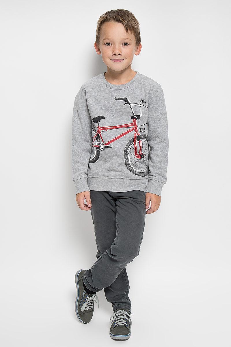 Свитшот для мальчика Tom Tailor, цвет: серый меланж. 2530290.00.82_2482. Размер 116/1222530290.00.82_2482Свитшот для мальчика Tom Tailor, выполненный из хлопка с добавлением вискозы, идеально подойдет для повседневной носки. Материал мягкий и приятный на ощупь, не сковывает движения и хорошо пропускает воздух, обеспечивая комфорт. Изнаночная сторона изделия с теплым и мягким начесом. Отделка свитшота изготовлена из эластичного хлопка и вискозы. Модель с круглым вырезом горловины и длинными рукавами оформлена изображением велосипеда и надписью. Вырез горловины и низ свитшота дополнены мягкими трикотажными резинками. На рукавах предусмотрены эластичные манжеты. Современный дизайн, отличное качество и расцветка делают этот свитшот стильным предметом детской одежды. Его обладатель всегда будет в центре внимания!