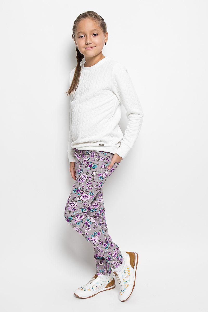 Брюки для девочки Luminoso, цвет: серый, розовый, бирюзовый. 205818. Размер 158, 13 лет205818Стильные брюки для девочки Luminoso, идеально подойдут вашей маленькой моднице. Изготовленные из эластичного хлопка, они необычайно мягкие и приятные на ощупь, не сковывают движения и позволяют коже дышать, не раздражают даже самую нежную и чувствительную кожу ребенка, обеспечивая ему наибольший комфорт. Брюки на поясе застегивается на оригинальную металлическую пуговицу и имеют ширинку на застежке-молнии и шлевки для ремня. При необходимости пояс можно утянуть скрытой резинкой на пуговках. Брюки спереди дополнены двумя втачными карманами и одним маленьким накладным кармашком, а сзади - двумя накладными карманами. Модель оформлена цветочным принтом.Современный дизайн и расцветка делают эти брюки модным и стильным предметом детского гардероба. В них ваша дочурка всегда будет в центре внимания!