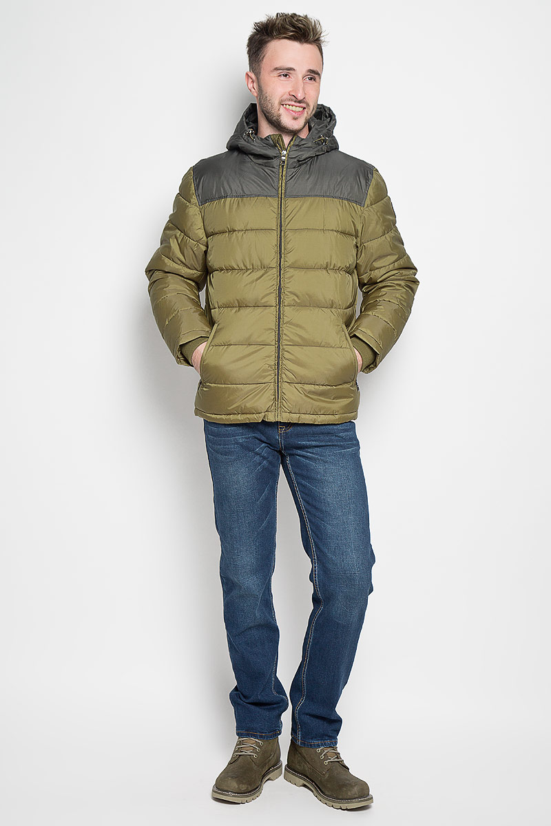 Куртка мужская Sela Casual Wear, цвет: хаки. Cp-226/345-6312. Размер XXL (54)Cp-226/345-6312Стильная мужская куртка Sela Casual Wear превосходно подойдет для прохладных дней. Куртка выполнена из полиэстера, она отлично защищает от дождя, снега и ветра, а наполнитель из синтепона превосходно сохраняет тепло.Модель с длинными рукавами и несъемным капюшоном застегивается на застежку-молнию спереди. Объем капюшона регулируется при помощи шнурка-кулиски со стопперами. Изделие дополнено двумя втачными карманами на молниях спереди, а также внутренним накладным карманом на липучке. Рукава дополнены внутренними трикотажными манжетами. Эта модная и в то же время комфортная куртка согреет вас в холодное время года и отлично подойдет как для прогулок, так и для активного отдыха.