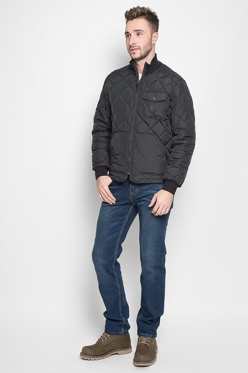 Куртка мужская Lee, цвет: черный. L88HWMJA. Размер XXL (54)L88HWMJAСтеганая мужская куртка Lee станет стильным дополнением к вашему гардеробу. Модель выполнена из полиамида. В качестве утеплителя используется полиэстер.Куртка с воротником-стойкой застегивается на пластиковую молнию. Воротник изготовлен из трикотажной резинки. На рукавах предусмотрены широкие эластичные манжеты. Спереди расположены два больших накладных кармана. На груди имеется накладной карман с клапаном на застежке-кнопке. Спинка изделия снизу оснащена двумя хлястиками с застежками-пуговицами для регулировки объема куртки. Модель украшена небольшой фирменной нашивкой. Эта стильная и модная куртка подарит вам тепло и комфорт!