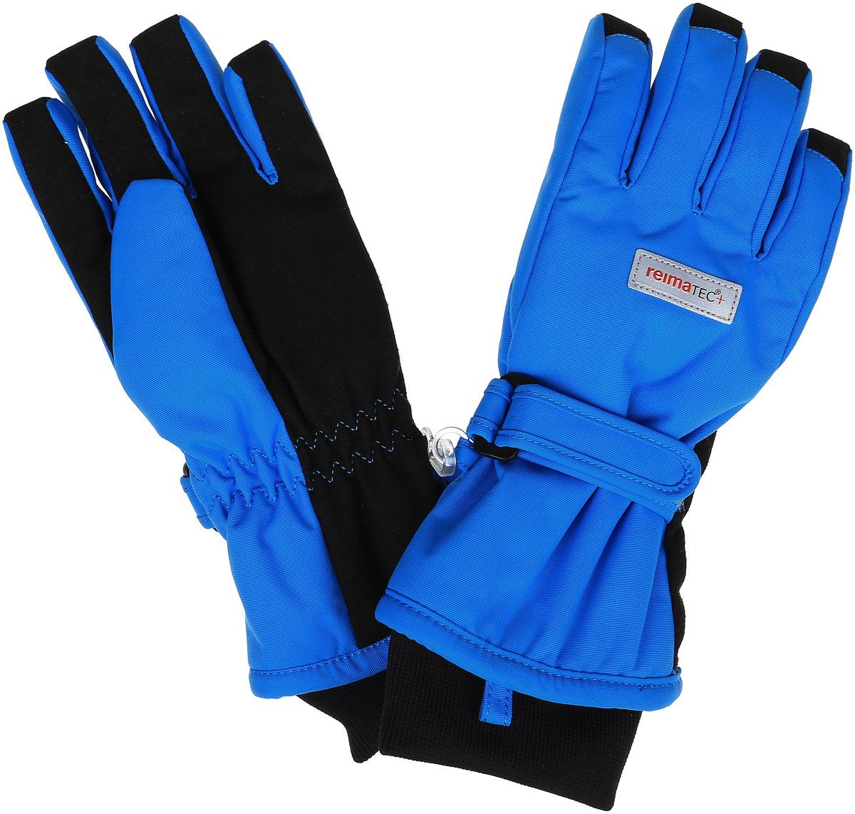 Перчатки детские Reima Reimatec+ Tartu, цвет: голубой. 527251-6560. Размер 8527251-6560Детские перчатки Reima Reimatec+ Tartu станут идеальным вариантом для холодной зимней погоды. На подкладке используется высококачественный полиэстер, который хорошо удерживает тепло.Для большего удобства на запястьях перчатки дополнены хлястиками на липучках с внешней стороны, а на ладошках, кончиках пальцев и с внутренней стороны большого пальца - усиленными водонепроницаемивставками Hipora. Теплая флисовая подкладка дарит коже ощущение комфорта и уюта. С внешней стороны перчатки оформлены светоотражающими нашивками с логотипом бренда. Высокая степень утепления. Перчатки станут идеальным вариантом для прохладной погоды, в них ребенку будет тепло и комфортно. Водонепроницаемость: Waterpillar over 10 000 mm