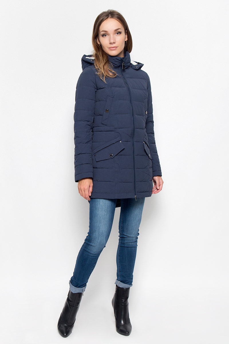 Пальто женское Finn Flare, цвет: темно-синий. A16-170140_101. Размер XS (42)A16-170140_101Удобное женское пальто Finn Flare согреет вас в холодную погоду и позволит выделиться из толпы. Модель с длинными рукавами и воротником-стойкой выполнена из прочного материала, застегивается на молнию спереди. Пальто имеет съемный капюшон на кнопках, объем которого регулируется при помощи шнурка-кулиски со стопперами. Изделие дополнено двумя втачными карманами на застежках-кнопках и двумя втачными карманами на застежках-молниях, декорированных клапанами на кнопках. На талии пальто дополнено скрытым шнурком-кулиской. Наполнитель из синтепона надежно сохранит тепло, благодаря чему такое пальто защитит вас от ветра и холода. Это модное и в то же время комфортное пальто - отличный вариант для прогулок, оно подчеркнет ваш изысканный вкус и поможет создать неповторимый образ.