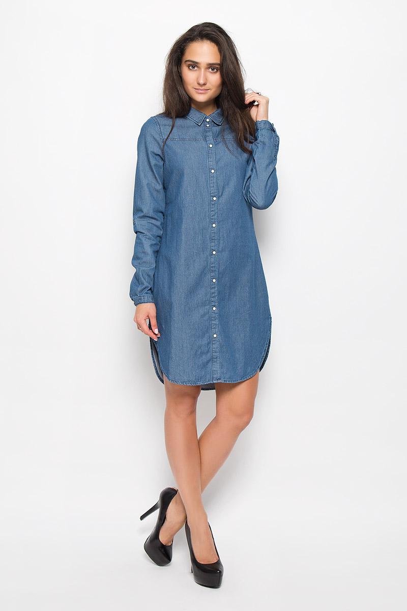 Платье Vero Moda, цвет: синий. 10161824. Размер M (44)10161824_Medium Blue DenimЭлегантное платье Vero Moda выполнено из натурального хлопка. Такое платье обеспечит вам комфорт и удобство при носке и непременно вызовет восхищение у окружающих. Модель средней длины с длинными рукавами и отложным воротником, стилизованная под рубашку, выгодно подчеркнет все достоинства вашей фигуры. Платье застегивается на кнопки спереди, манжеты рукавов также дополнены кнопками. Рукава дополнены хлястиками с кнопками, которые позволят вам отрегулировать длину рукава. Изысканное платье-миди создаст обворожительный и неповторимый образ.Это модное и комфортное платье станет превосходным дополнением к вашему гардеробу, оно подарит вам удобство и поможет подчеркнуть ваш вкус и неповторимый стиль.