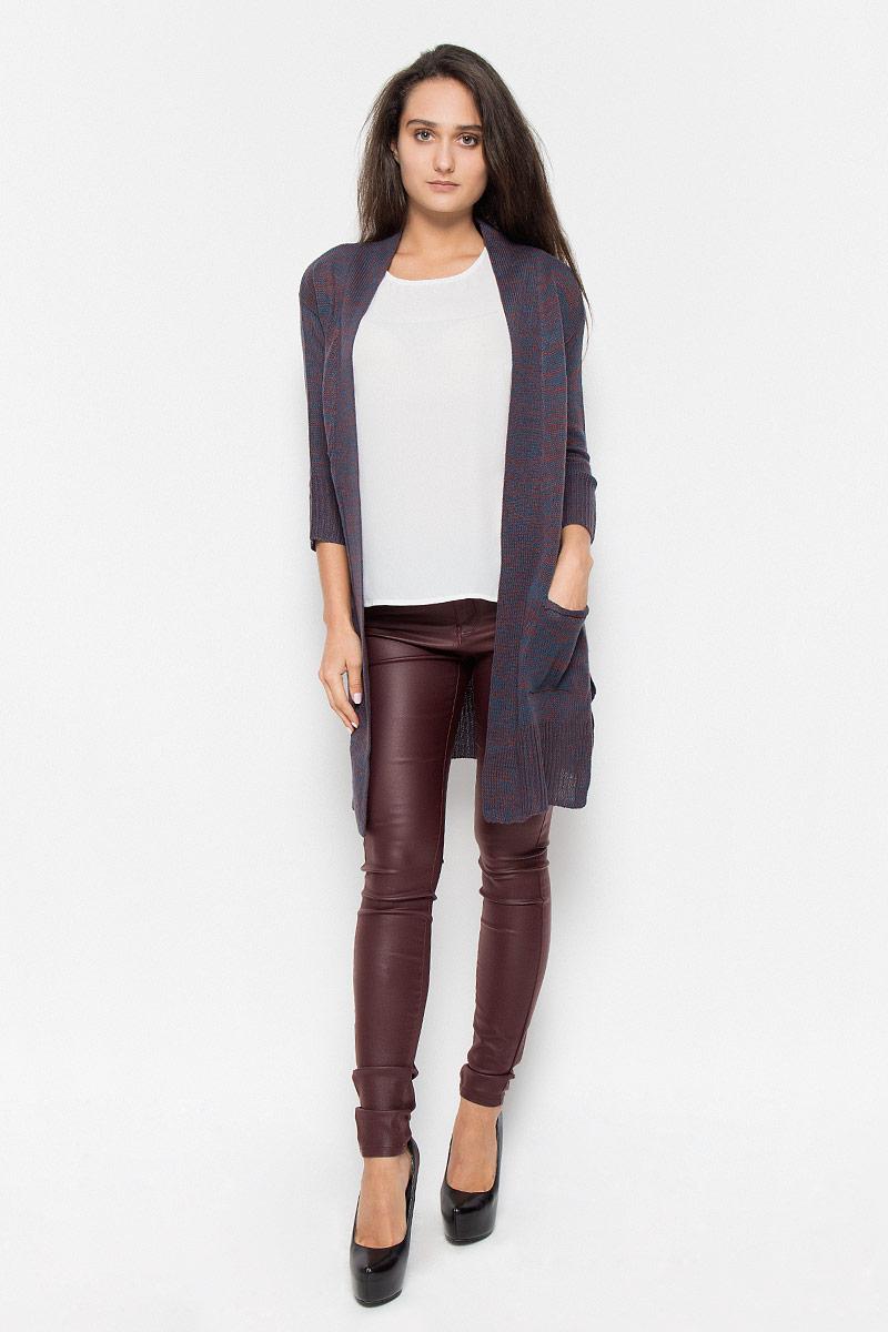 Кардиган женский Vero Moda, цвет: коричнево-синий. 10158024. Размер XS (40)10158024_Decadent ChocolateКлассический женский кардиган Vero Moda с рукавами 3/4 будет гармонично смотреться в сочетании, как с джинсами, брюками, так и с юбками. Выполнен кардиган из высококачественной акриловой пряжи, мягкий и приятный на ощупь. Модель дополнена двумя накладными карманами, с боков разрезами. В нем вы будете чувствовать себя уютно в прохладное время года.