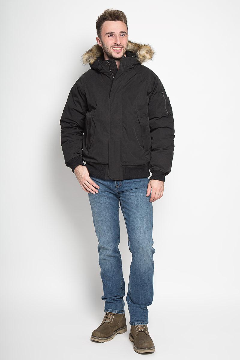 Куртка мужская Sela Casual Wear, цвет: черный. Cp-226/359-6313. Размер M (48)Cp-226/359-6313Стильная мужская куртка Sela Casual Wear превосходно подойдет для холодных зимних дней. Куртка выполнена из полиэстера с добавлением хлопка, она отлично защищает от дождя, снега и ветра, а наполнитель из синтепона превосходно сохраняет тепло. Модель с длинными рукавами-реглан и несъёмным капюшоном застегивается на застежку-молнию спереди и имеет ветрозащитный клапан на кнопках. Объем капюшона регулируется при помощи шнурка-кулиски. Изделие дополнено двумя втачными карманами спереди, а также внутренним накладным карманом. На рукаве расположен втачной карман на застежке-молнии и четыре небольших открытых кармашка. Низ и рукава изделия дополнены широкими трикотажными резинками, капюшон украшен искусственным мехом.Эта модная и комфортная куртка согреет вас в холодное время года и отлично подойдет как для прогулок, так и для активного отдыха.