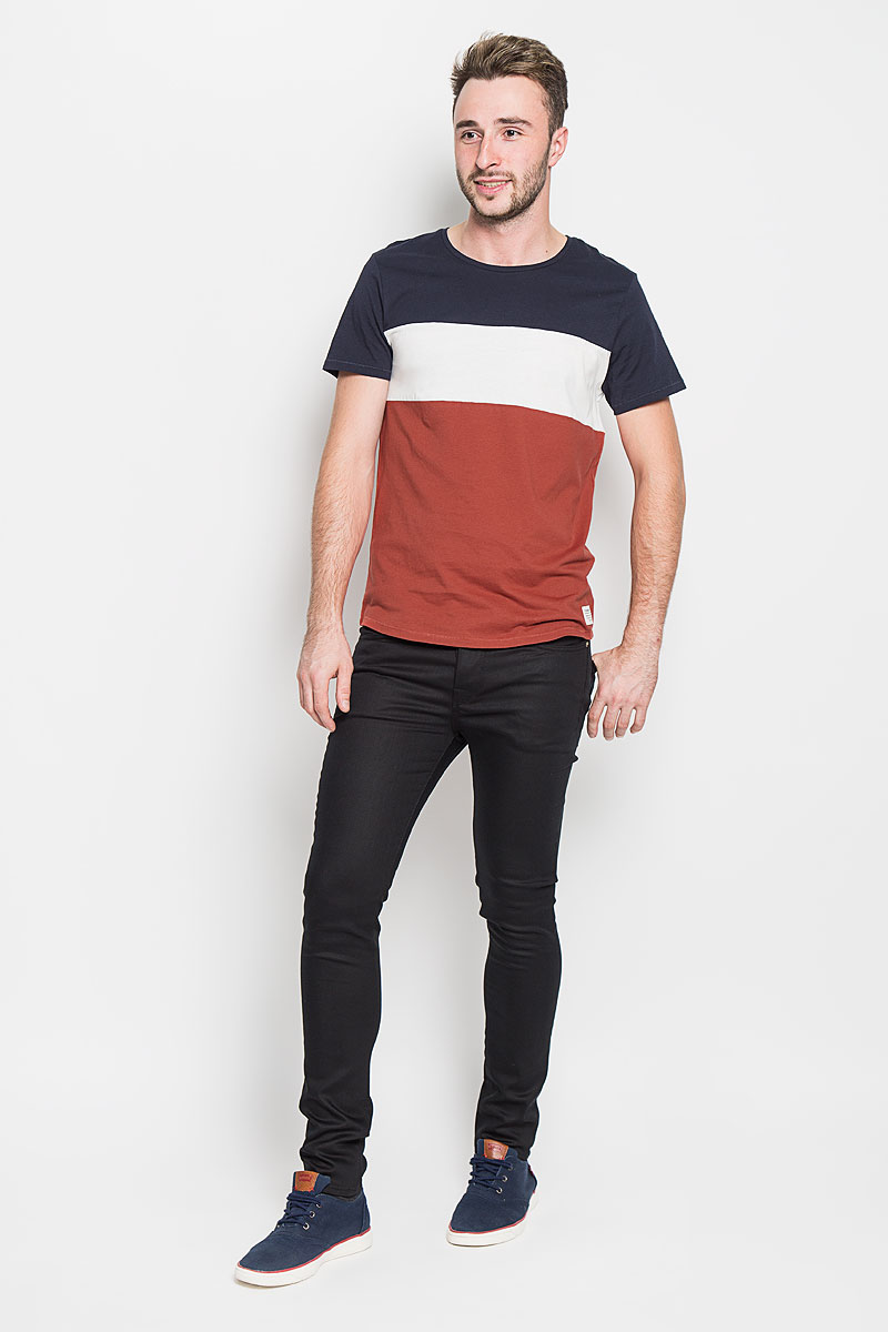 Футболка мужская Tom Tailor Denim, цвет: темно-синий, белый, красный. 1035851.00.12_4681. Размер L (50)1035851.00.12_4681Стильная мужская футболка Tom Tailor Denim выполнена из натурального хлопка. Материал очень мягкий и приятный на ощупь, обладает высокой воздухопроницаемостью и гигроскопичностью, позволяет коже дышать.Трехцветная модель с круглым вырезом горловины и короткими рукавами оформлена спереди брендовой нашивкой, а сзади вышитым логотипом бренда.Такая модель подарит вам комфорт в течение всего дня и послужит замечательным дополнением к вашему гардеробу.
