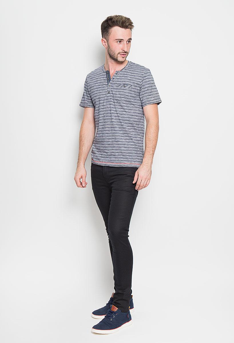Футболка мужская Tom Tailor, цвет: темно-синий, белый. 1035600.00.10_6800. Размер XL (52)1035600.00.10_6800Стильная мужская футболка Tom Tailor выполнена из натурального хлопка. Материал очень мягкий и приятный на ощупь, обладает высокой воздухопроницаемостью и гигроскопичностью, позволяет коже дышать. Модель с V-образным вырезом горловины на груди застегивается на пуговицы. Низ рукавов дополнен декоративными отворотами. Спереди футболка оформлена накладным карманом на пуговице.Такая модель подарит вам комфорт в течение всего дня и послужит замечательным дополнением к вашему гардеробу.