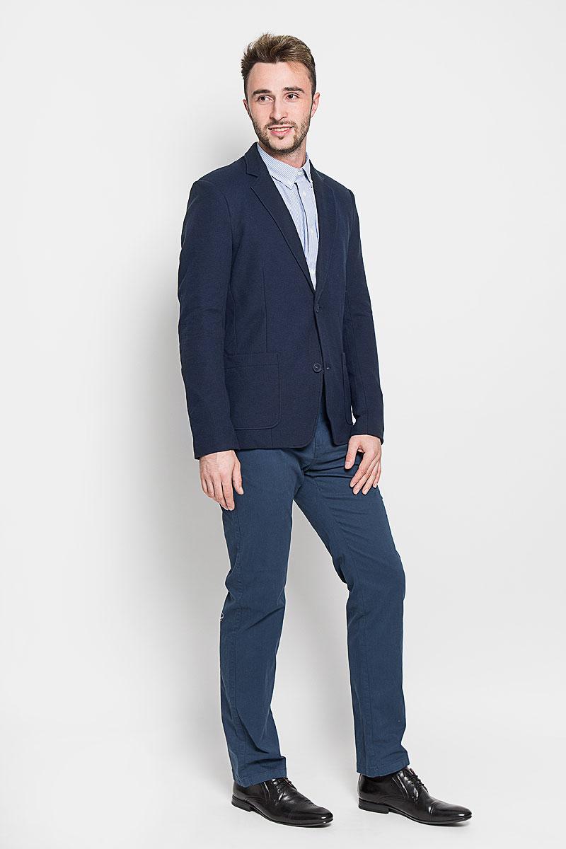 Пиджак мужской Finn Flare, цвет: темно-синий. A16-42009_101. Размер M (48)A16-42009_101Стильный мужской пиджак Finn Flare изготовлен из высококачественного материала, обеспечивающего комфорт и удобство при носке. Подкладка изделия выполнена из 100% полиэстера.Пиджак с длинными рукавами и отложным воротником с лацканами застегивается на три пуговицы. Модель оснащена двумя накладными карманами спереди, один из карманов дополнен небольшой металлической пластиной с названием бренда. Внутри расположен один потайной-прорезной карман. На спинке предусмотрена шлица, расположенная в среднем шве.Низ рукавов декорирован пуговицами.Этот модный пиджак станет отличным дополнением к вашему гардеробу!