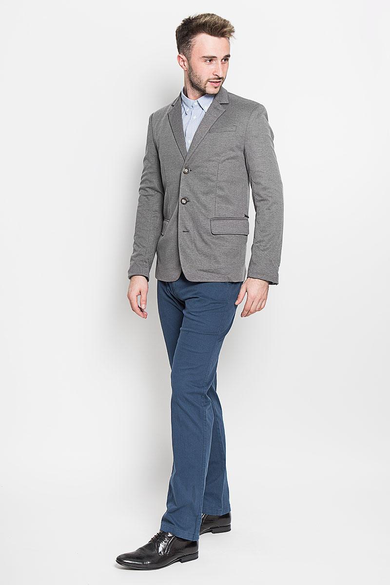 Пиджак мужской Finn Flare, цвет: серый. A16-21007_202. Размер M (48)A16-21007_202Стильный мужской пиджак Finn Flare изготовлен из высококачественного материала, обеспечивающего комфорт и удобство при носке. Подкладка изделия выполнена из 100% полиэстера.Пиджак с длинными рукавами и отложным воротником с лацканами застегивается на три пуговицы. Модель оснащена прорезным карманом на груди и двумя прорезными карманами с клапанами в нижней части изделия. Внутри расположен один потайной-прорезной карман. На спинке предусмотрена шлица, расположенная в среднем шве.Низ рукавов декорирован пуговицами.Этот модный пиджак станет отличным дополнением к вашему гардеробу!