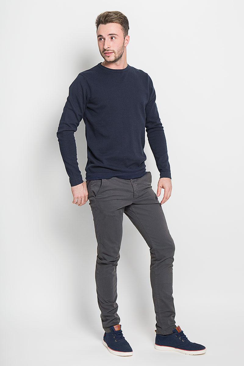 Брюки мужские Jack & Jones, цвет: темно-серый. 12111475. Размер 32-34 (46/48-34)12111475_Dark GreyМужские брюки Jack & Jones, выполненные из натурального хлопка, идеально подойдут для повседневной носки. Материал изделия мягкий и приятный на ощупь, не сковывает движения и позволяет коже дышать.Брюки стандартные имеют ширинку на пуговицах, а также шлевки для ремня. Спереди предусмотрены два втачных кармана. Сзади расположены два прорезных кармана на пуговицах. Изделие оформлено в лаконичном стиле и сзади дополнено небольшой нашивкой с надписью бренда.Такая модель станет стильным дополнением к вашему гардеробу. Лаконичный дизайн и совершенство стиля подчеркнут вашу индивидуальность.