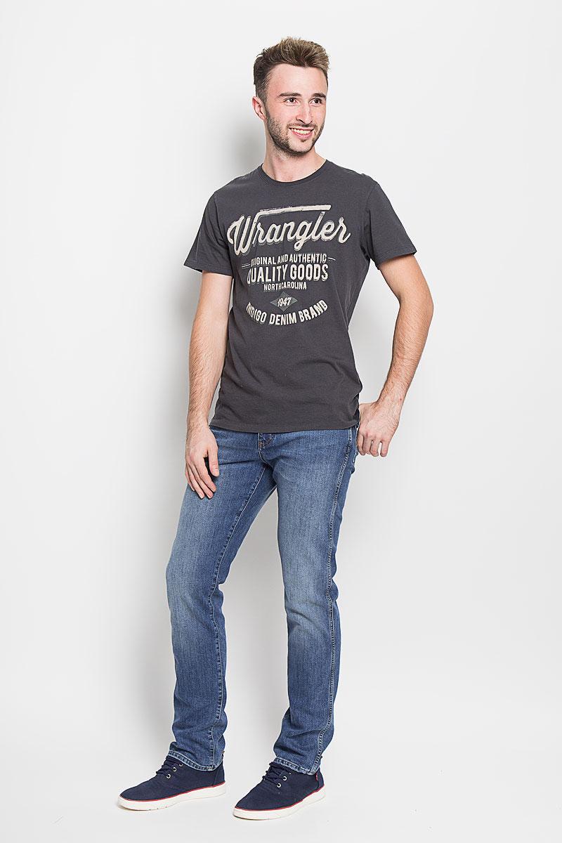Джинсы мужские Wrangler, цвет: синий. W121BR77K. Размер 34-32 (50-32)W121BR77KМодные мужские джинсы Wrangler - джинсы высочайшего качества на каждый день, которые прекрасно сидят.Модель прямого кроя и стандартной посадки изготовлена из эластичного хлопка с добавлением полиэстера и эластана. Застегиваются джинсы на молнию и пуговицу на поясе, также имеются шлевки для ремня.Спереди модель дополнена двумя втачными карманами и одним небольшим накладным кармашком, а сзади - двумя накладными карманами. Оформлено изделие эффектом потертости, металлическими клепками с логотипом бренда, контрастной прострочкой, перманентными складками и фирменной нашивкой на заднем кармане. Эти стильные и в то же время комфортные джинсы послужат отличным дополнением к вашему гардеробу. В них вы всегда будете чувствовать себя уютно и комфортно.