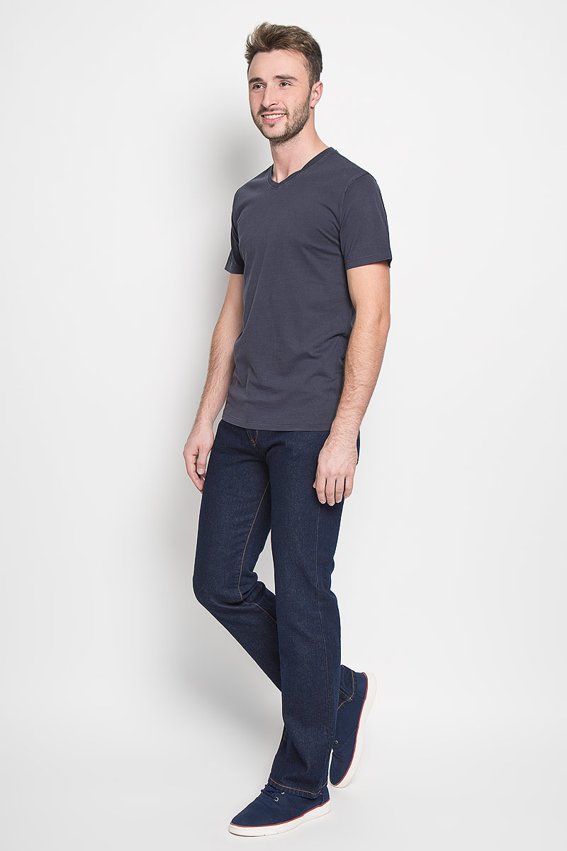 Джинсы мужские Montana, цвет: темно-синий. 10064 RW. Размер 33-32 (48/50-32)10064 RWМужские джинсы Montana, выполненные из качественного хлопка, станут отличным дополнением к вашему гардеробу. Ткань плотная, тактильно приятная, позволяет коже дышать. Джинсы прямого кроя и средней посадки застегиваются на металлическую пуговицу в поясе и имеют ширинку на застежке-молнии, а также шлевки для ремня. Модель имеет классический пятикарманный крой: спереди - два втачных кармана и один маленький накладной, а сзади - два накладных кармана. Оформлены контрастной прострочкой. Отличное качество, дизайн и расцветка делают эти джинсы стильным и модным предметом мужской одежды.