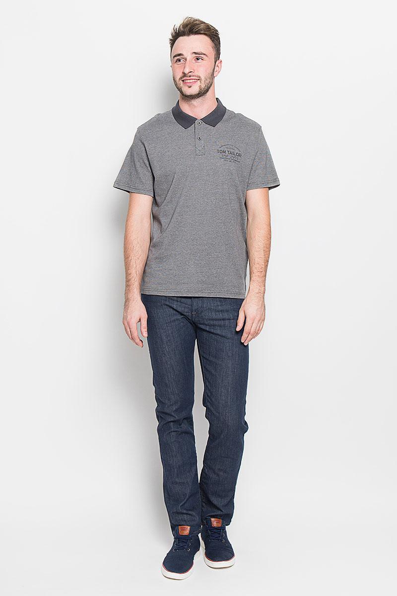 Поло мужское Tom Tailor, цвет: серый. 1530949.00.10_2983. Размер L (50)1530949.00.10_2983Стильная мужская футболка-поло Tom Tailor, выполненная из высококачественного хлопка, обладает высокой теплопроводностью, воздухопроницаемостью и гигроскопичностью, позволяет коже дышать. Модель с короткими рукавами и отложным воротником сверху застегивается на две пуговицы. По бокам предусмотрены небольшие разрезы. Футболка на груди оформлена принтовыми надписями. Классический покрой, лаконичный дизайн, безукоризненное качество. В такой футболке вы будете чувствовать себя уверенно и комфортно.