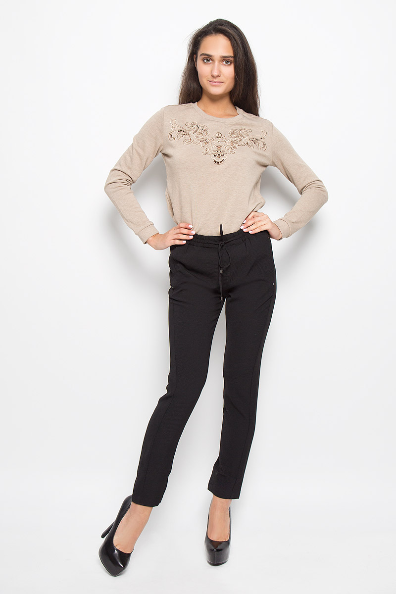 Брюки женские Sela, цвет: черный. P-115/067-6343. Размер L (48)P-115/067-6343Стильные женские брюки Sela, выполненные из мягкого и эластичного материала,отлично подойдут на каждый день. Модель, стандартной посадки и слегказауженного кроя, на поясе оснащена эластичной резинкой со шнурком. Спереди брюки дополнены двумя втачными карманами, а сзади одним втачным карманом. Эти модные и в тоже время комфортные брюки послужат отличным дополнением квашему гардеробу.