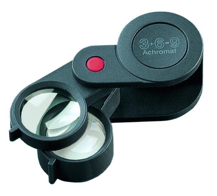 Лупа техническая складная в пластиковом корпусе, диаметр 23 мм, 3.0х; 6.0х; 9.0х. 11869. Eschenbach11869Оптическая система, состоящая из линзы или нескольких линз, предназначенная для увеличения и наблюдения мелких предметов Материал: стекло/полимер. Диаметр: 23 мм. Увеличение: 3.0х,6.0х,9.0х. Подсветка: нет.Конструкция: складная.Рекомендации по использованию: Используется во многих областях человеческой деятельности, в том числе в биологии, медицине, археологии, банковском и ювелирном деле, криминалистике, при ремонте часов и радиоэлектронной техники, а также в филателии, нумизматике и бонистике; при чтении мелкого шрифта дома, ценников, информации о продуктах, аннотации к лекарствам и прочее. Рекомендации по уходу: Когда лупа не используется, она должен быть накрыта чехлом. Протирайте корпус влажной тканью. Очищайте линзы мягкой, не оставляющей ворсинок тканью, например тканью для протирания очков. Не используйте никаких мыльных растворов, содержащих смягчители, спиртосодержащие растворители или абразивные чистящие средства. Это может повредить линзы.Возраст: 4+ (4-6 только под присмотром взрослых!).