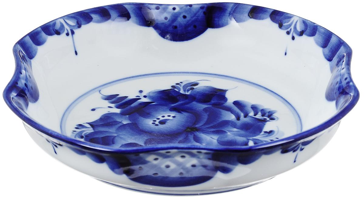 Миска Гжельский Фарфор, цвет: белый, синий, 21 х 21 см993018202Миска Гжельский Фарфор, изготовленная из фарфора, доставит истинное удовольствие ценителям прекрасного. Изделие выполнено в стиле гжель и расписано вручную. Яркий дизайн, несомненно, придется вам по вкусу. Миска Гжельский Фарфор украсит ваш кухонный стол, а также станет замечательным подарком к любому празднику.Не применять абразивные чистящие средства. Не использовать в микроволновой печи. Мыть с применением нейтральных моющих средств. Не рекомендуется использовать в посудомоечных машинах.Размеры миски: 21 см х 21 см х 4,5 см.