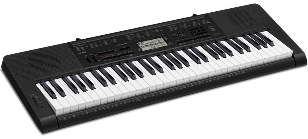 Casio CTK-3200, Black цифровой синтезаторCTK-3200Casio CTK-3200 -отличный старт для истинных музыкальных фанатов: 61 клавиша фортепианного типа и клавиатура, чувствительная к касанию предоставляет настоящее удовольствие от игры. Помимо клавиатуры, широкий спектр возможностей инструмента удивит даже искушенных музыкантов: в арсенале инструмента 150 стилей (в том числе русских и кавказских), функция сэмплирования, pitch bend, аудио вход для воспроизведения мр3 файлов и многие другие функции. К тому же новая пошаговая система обучения поможет в совершенствовании игровых навыков. С помощью же функции семплирования можно записывать голоса и звуковые спецеффекты напрямую через аудиовход, в дальнейшем используя их при игре с помощью кнопок Voice pad.