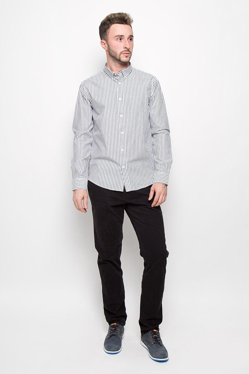 Рубашка мужская Baon, цвет: черный, белый. B676538. Размер M (48)B676538Мужская рубашка Baon поможет создать отличный современный образ в стиле Casual. Модель, изготовленная из хлопка, очень мягкая и тактильно приятная, не сковывает движения. Рубашка классического кроя с длинными рукавами и отложным воротником застегивается на пуговицы по всей длине. Модель оформлена ненавязчивым принтом в полоску. На манжетах предусмотрены застежки-пуговицы. На груди модель дополнена накладным карманом. Воротник фиксируется при помощи пуговиц. Такая модель будет дарить вам комфорт в течение всего дня и станет стильным дополнением к вашему гардеробу.